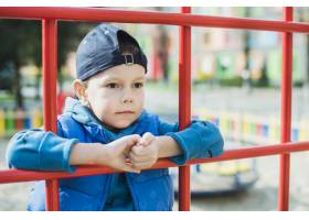 孩子们在外面的操场上玩耍_2349556