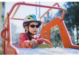 孩子们在外面的操场上玩耍_2349560