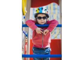 孩子们在外面的操场上玩耍_2349570