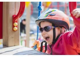 孩子们在外面的操场上玩耍_2349571