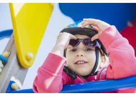 孩子们在外面的操场上玩耍_2349572