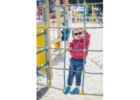 孩子们在外面的操场上玩耍_2349574