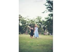 小男孩和妈妈在公园踢足球_2523619