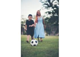小男孩和妈妈在公园踢足球_2523621