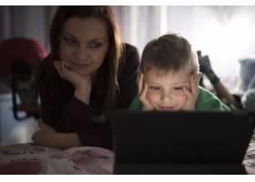 母子俩在平板电脑上看电影_2053488