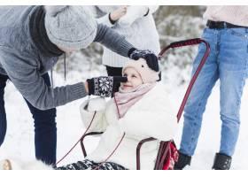 父亲和女儿在雪橇上玩耍_1926034