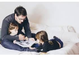 父亲给女儿读书_1550216