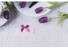 用紫色玫瑰和一张卡片组成的母亲节作文_1957839