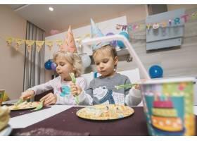 男孩和女孩吃生日蛋糕_1925979