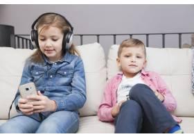 男孩拿着遥控器女孩拿着智能手机_2041339
