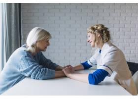 疗养院女性与护士谈话侧观_2014241