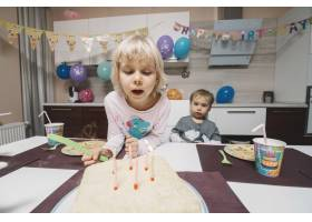 看生日蛋糕的兄弟姐妹_1994008