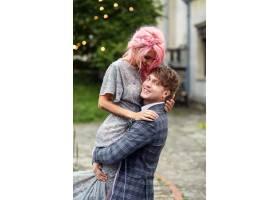 一名男子抱着一位粉色头发的温柔女子逆风而_1621129