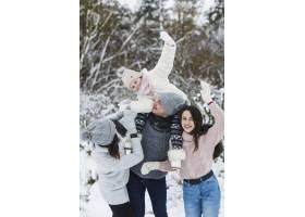一家人在冬天的森林里玩得开心_1845982