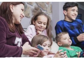 使用科技的母亲和孩子_2062735