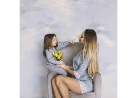 女儿和母亲一起坐在椅子上_1938004