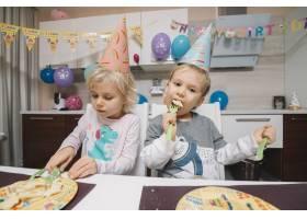 吃生日蛋糕的儿童_1925977