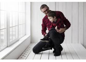 父亲节男子抱着儿子站在黑板前_2037031