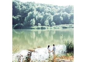 站在河边遥望可爱的情侣手牵手_1620653