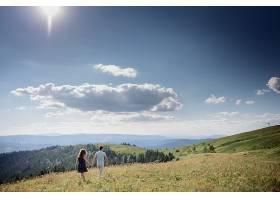 男人和女人手牵着手走在山上的某个地方_1621692