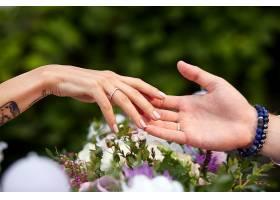 男人和女人的手在花束上温柔地触摸_1621128