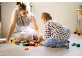 男孩和妈妈穿着五颜六色的建筑工具包玩耍_1537331
