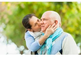 秋日公园里的成熟情侣写真_1631761