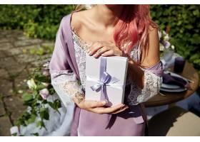 粉色头发的年轻女子穿着紫罗兰色长袍戴着_1621122