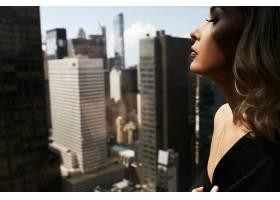 纽约一位穿着黑色丝绸长袍的性感女子赤裸_1621226