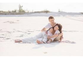 美丽时尚的情侣在海滩上摆姿势_1612724
