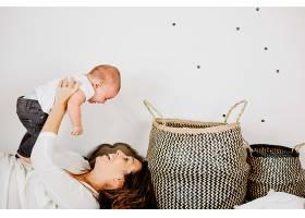 母亲带着婴儿玩耍_1482519