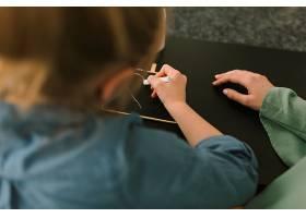 母亲节概念与儿童用粉笔绘画_2065789