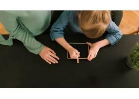母亲节概念与儿童用粉笔绘画_2065792