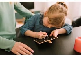 母亲节概念与儿童用粉笔绘画_2065793