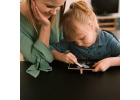母亲节概念与儿童用粉笔绘画_2065796