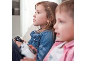 孩子们玩电子游戏_2042245