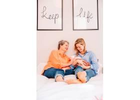 带着婴儿躺在床上的母女俩_2032791