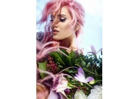 一位粉色头发的美女手持一大束绿色植物和紫_1621119