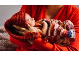 一名妇女怀里抱着漂亮的新生儿_1617095