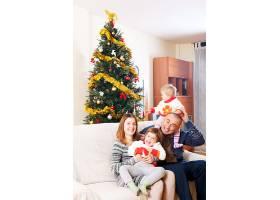 一家人在圣诞节坐在沙发上_1491333