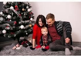 一家人在家里过圣诞节_1603617