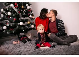 一家人在家里过圣诞节_1603618