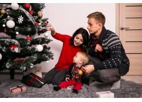 一家人在家里过圣诞节_1603619