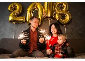 一家人欢庆新年_1603625