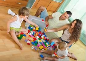 一家四口在家里玩玩具_1631064
