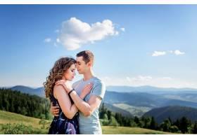 一对情侣站在青山上温柔地拥抱着绚丽的风景_1621695