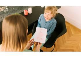 与孩子们在纸上绘画的母亲节概念_2065778