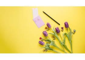 黄色背景上的母亲节作文_1957825