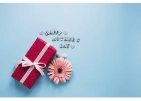 带鲜花和红色礼盒的母亲节构图_1958385