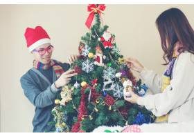 幸福家庭装饰圣诞树写真_1503057